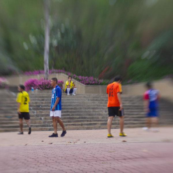 игра в футбол в городском парке Хуа-Хина, Тай