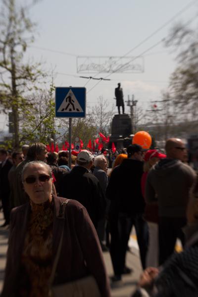 красные флаги коммунистов у памятника Нахимову