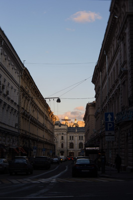 закатное небо в конце улицы